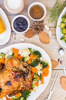 Pollo al horno con salsa cuencos en mesa