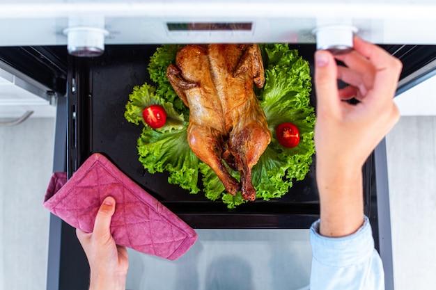 Pollo al horno con verduras en el horno para la cena.