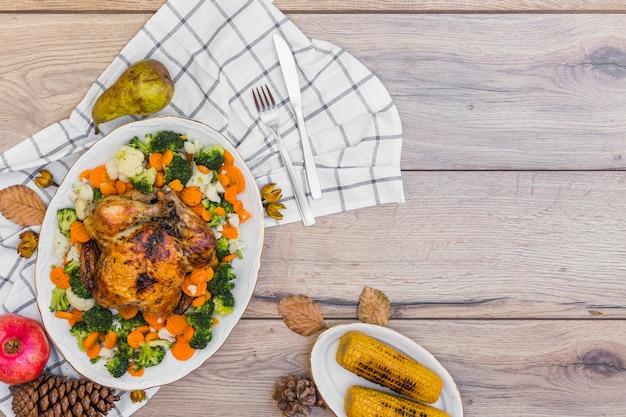 Pollo al horno con verduras en mesa