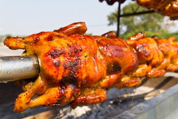 Pollo asado en el asador.