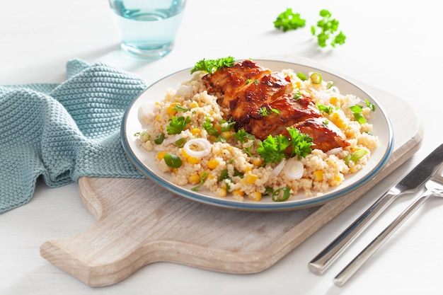 Pollo asado a la barbacoa con quinua, cebolla dulce, almuerzo saludable
