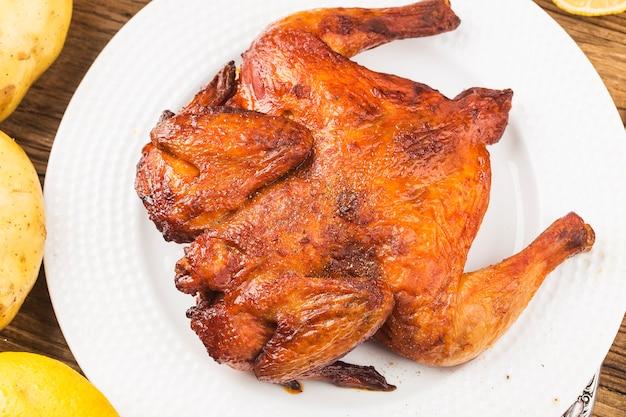 Pollo asado fresco sobre una tabla de madera