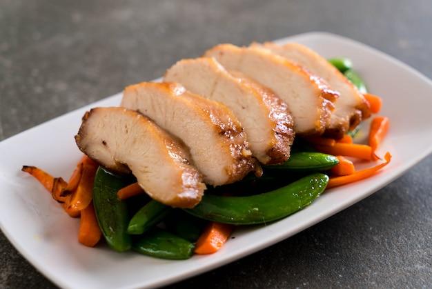 Pollo asado con guisantes verdes y zanahoria