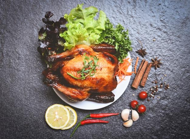 Pollo asado / pollo entero al horno a la parrilla en un plato blanco