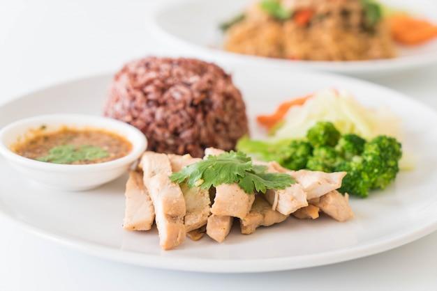 Pollo asado y vegetales con arroz de baya