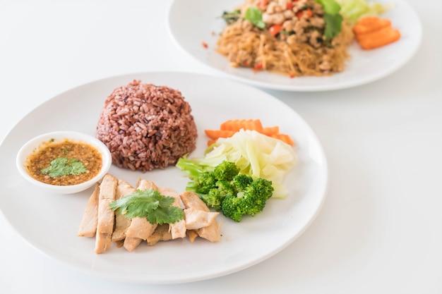 Pollo asado y verduras con arroz de baya