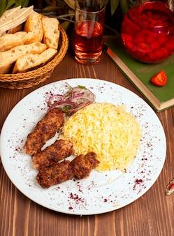 Pollo a la barbacoa, barbacoa, albóndigas con guarnición de arroz.