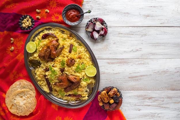 Pollo biryani casero. comida tradicional árabe cuencos kabsa con carne. vista superior