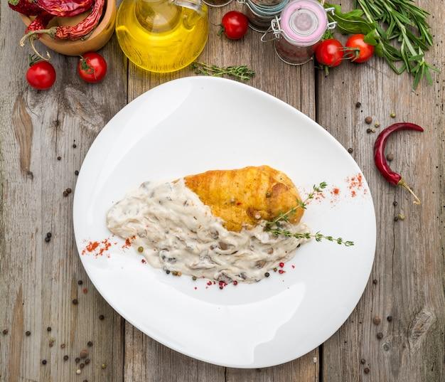 Pollo cremoso con champiñones y ajo