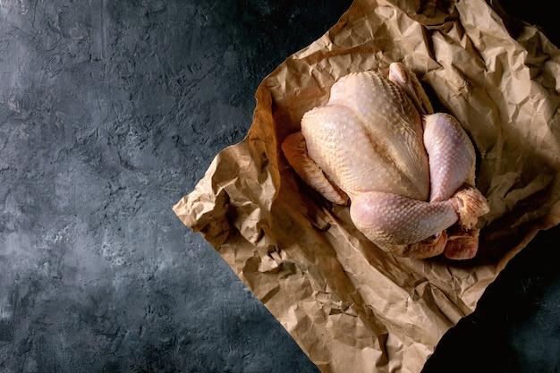 Pollo crudo agricultor