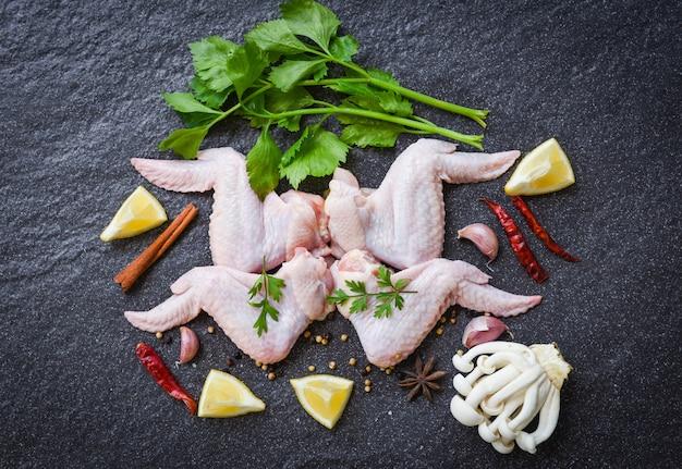 Pollo crudo con hierbas y especias.