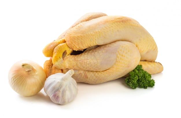 Pollo crudo listo para cocinar con ajo y cebolla