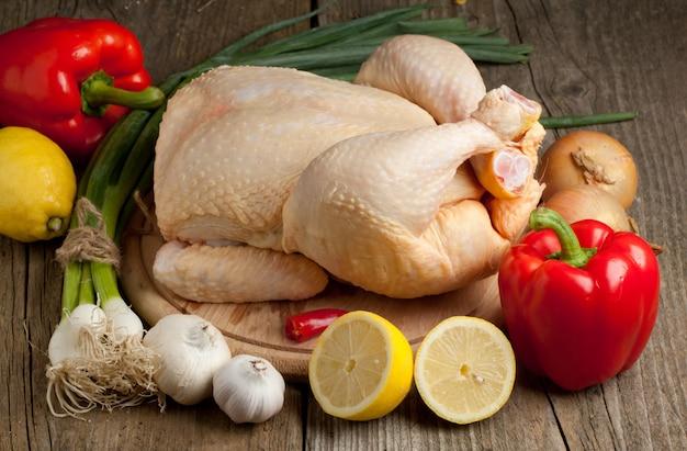 Pollo crudo con vegetales