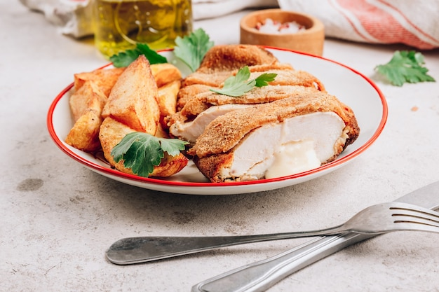 Pollo empanizado casero relleno de queso y patatas