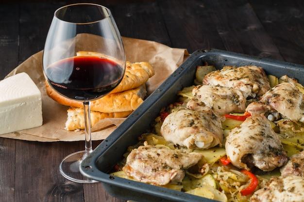 Pollo estofado con cebolla y vino