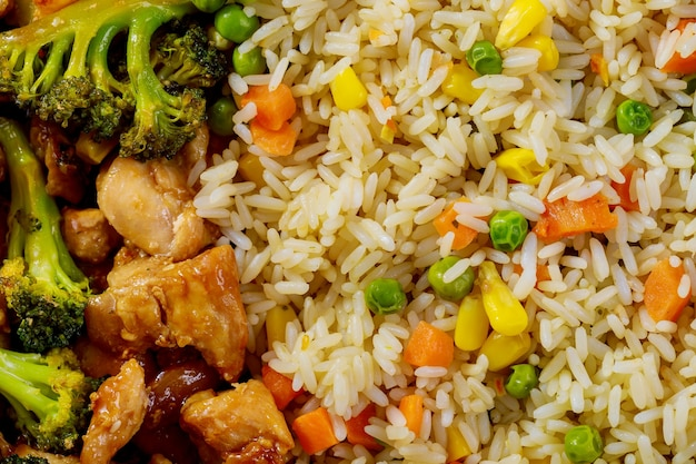 Pollo frito agridulce con arroz al vapor. de cerca.