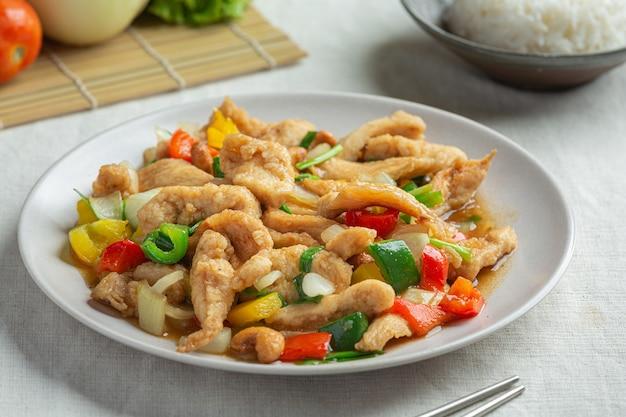 Pollo frito con anacardos comida tailandesa.