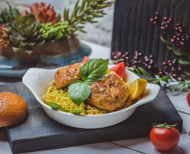 Pollo frito con arroz, tomate y limón