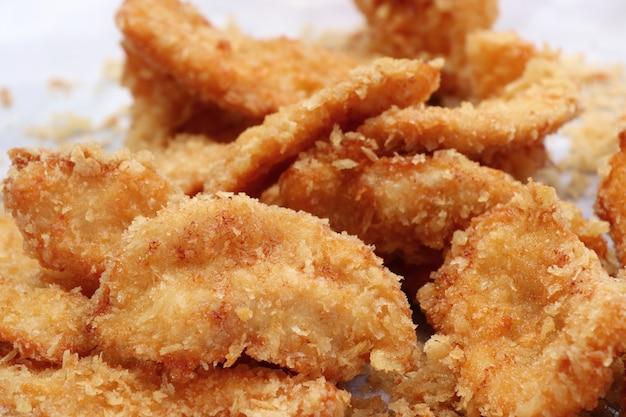 Pollo frito en la comida de la calle