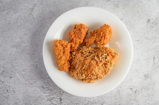 Pollo frito crujiente espolvoreado con semillas de pimiento