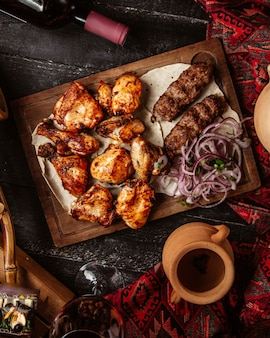 Pollo frito con lule kebab y cebolla en rodajas
