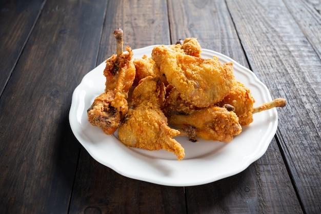 Pollo frito en mesa de madera.
