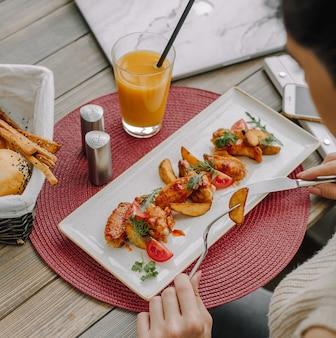 Pollo frito con papa en la mesa