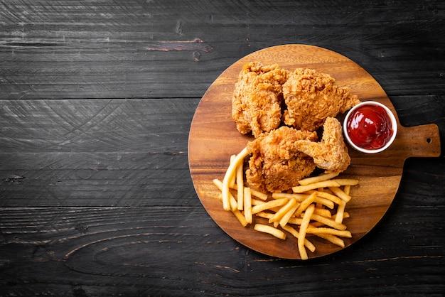Pollo frito con papas fritas y nuggets de comida