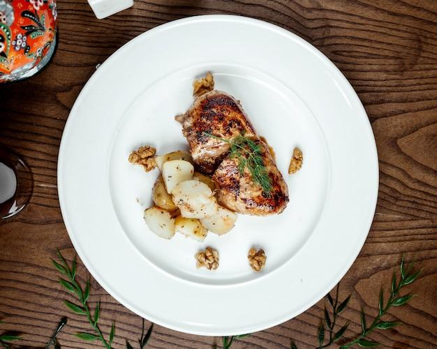 Pollo frito con papas en el plato