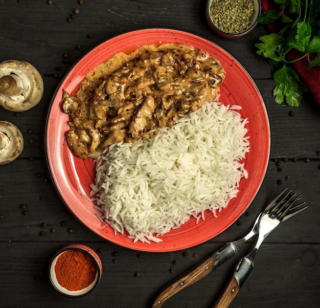 Pollo frito bajo salsa con arroz