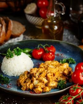 Pollo frito en salsa con arroz