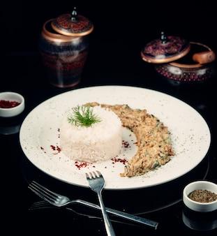 Pollo frito con salsa de champiñones y arroz