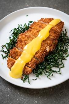 Pollo frito con salsa de limon y limon