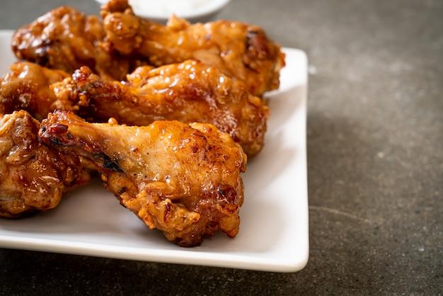 Pollo frito con salsa