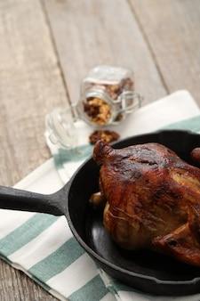 Pollo frito en sartén negra