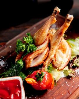 Pollo frito servido con pimiento asado y tomate