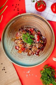 Pollo frito con verduras en salsa