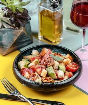Pollo frito y verduras sobre la mesa