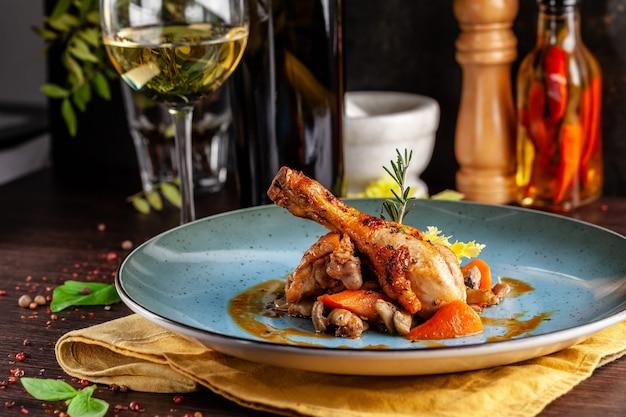 Pollo guisado en vino fuerte con verduras.