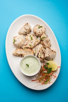 El pollo indio afgano malai tikka es un kabab cremoso de murgh a la parrilla servido con ensalada fresca