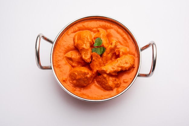 Pollo indio tikka masala en el tazón.