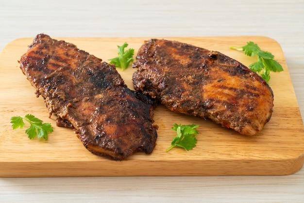 Pollo jerk jamaicano picante a la parrilla - estilo de comida jamaicana