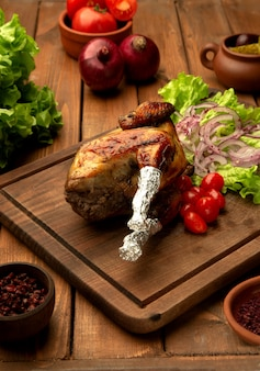 Pollo lyavanga con tomates cherry, cebolla y lechuga