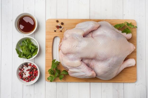 Pollo en la mesa de madera