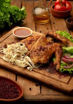 Pollo a la parrilla con cebolla y salsa de tomate 1