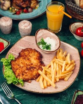Pollo a la parrilla cortado con papas fritas