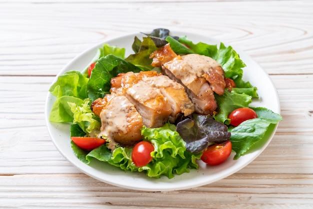 Pollo a la parrilla con ensalada de vegetales
