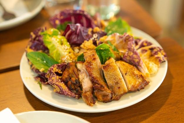 Pollo a la parrilla con ensalada de verduras - estilo de comida saludable