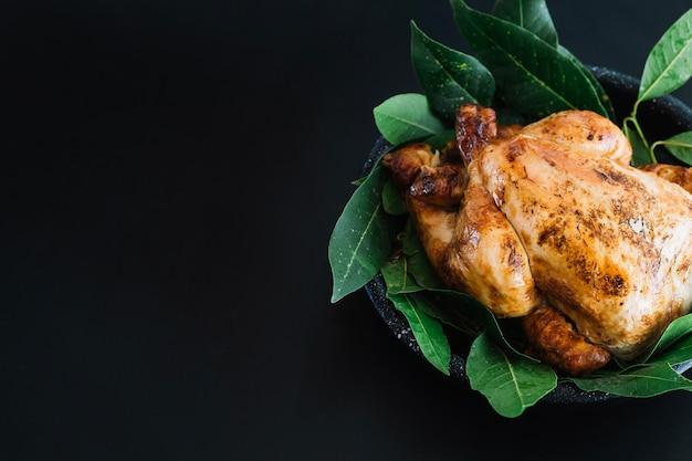 Pollo a la parrilla en hojas de laurel