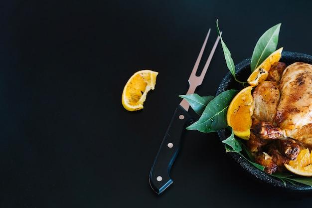 Pollo a la parrilla con limón y hojas de laurel